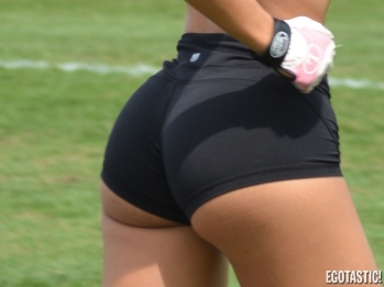 Andrea-Calle-Stretching-in-Tight-Workout-Shorts-in-Miami-09-580x435