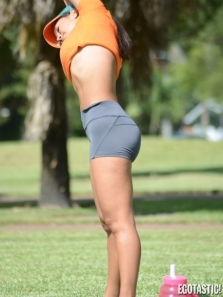 Andrea-Calle-Stretches-Before-Her-Workout-in-Miami-03-435x580