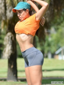 Andrea-Calle-Stretches-Before-Her-Workout-in-Miami-04-435x580