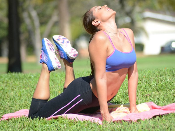 fe8c047309_Andrea-Calle-Wears-A-Sports-Bra-And-Leggings-To-Do-Som-Stretching-In-The-Park-In-Miami-09-600x450